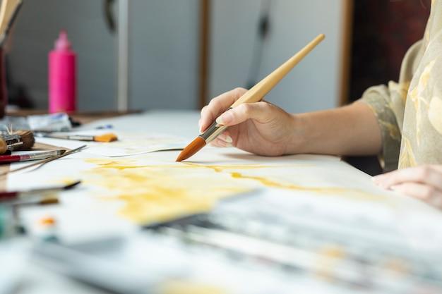 Nahaufnahmehand mit bürstenmalerei Kostenlose Fotos
