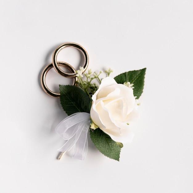 Nahaufnahmehochzeitsringe mit einer rose Kostenlose Fotos