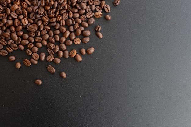 Nahaufnahmekaffeebohne auf schwarzem hintergrund Premium Fotos