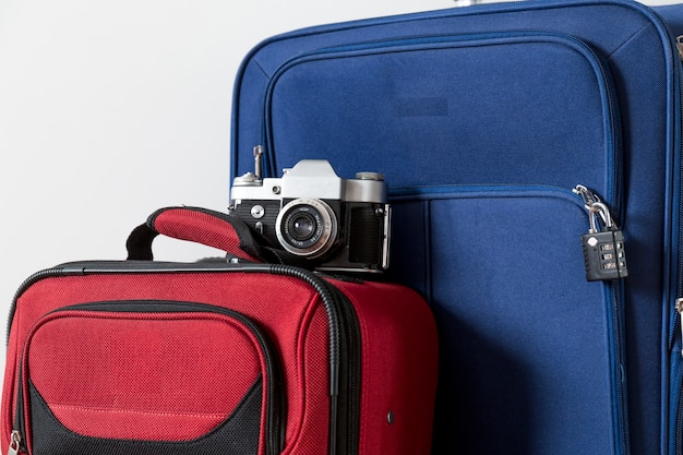 Nahaufnahmekamera auf koffern Kostenlose Fotos