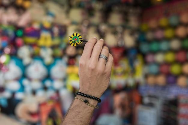 Nahaufnahmekerl, der pfeilpfeil hält Kostenlose Fotos