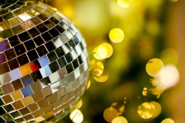 Nahaufnahmekristall von den weihnachtsbällen verziert auf kiefer am weihnachtstag mit undeutlichem und bokeh des weihnachtsbeleuchtungshintergrundes. Premium Fotos