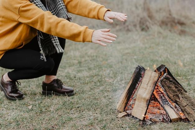 Nahaufnahmelagerfeuer in der natur Kostenlose Fotos