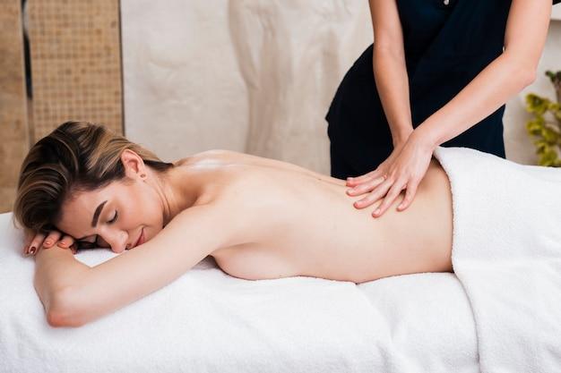 Nahaufnahmemädchen, das mit einer massage sich entspannt Kostenlose Fotos
