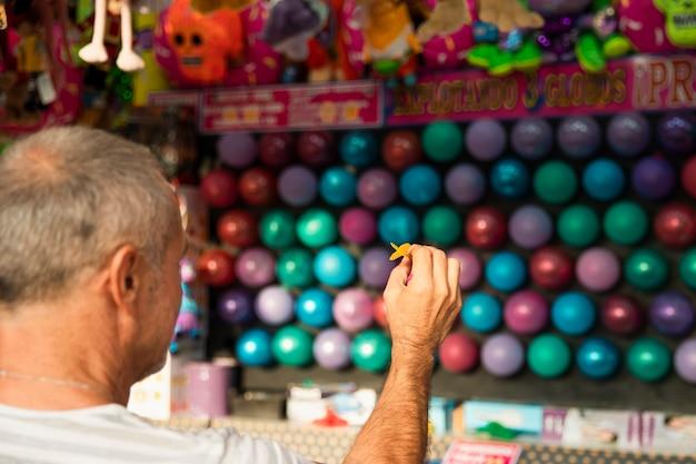 Nahaufnahmemann, der pfeile spielt Kostenlose Fotos