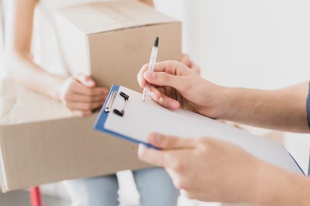 Nahaufnahmemannschreiben mit stift auf klemmbrett Premium Fotos