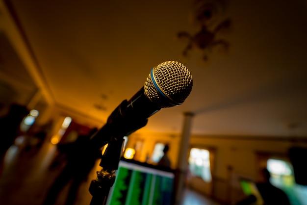Nahaufnahmemikrofon im konzertsaal. musikalisches konzept Premium Fotos
