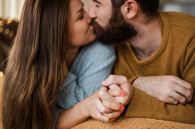 Nahaufnahmepaar, das zu hause küsst Kostenlose Fotos