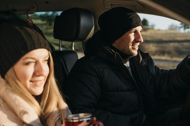 Nahaufnahmepaar im auto Kostenlose Fotos