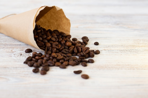 Nahaufnahmepapiertüte mit kaffeebohnen Kostenlose Fotos