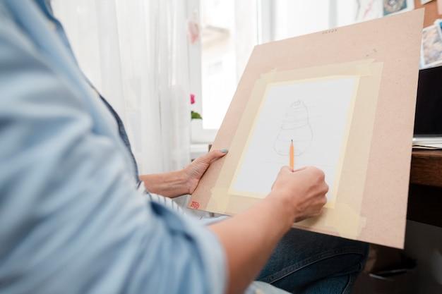 Nahaufnahmeperson, die eine skizze zeichnet Kostenlose Fotos