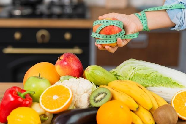 Nahaufnahmeperson mit fruchtanordnung Kostenlose Fotos