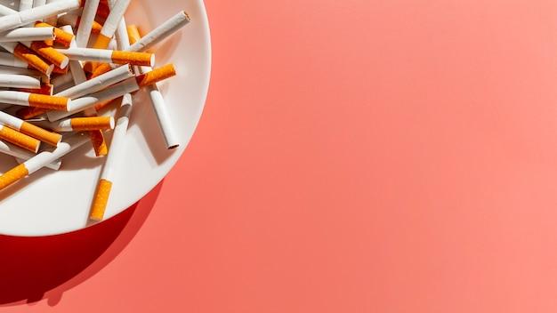 Nahaufnahmeplatte mit zigaretten Premium Fotos