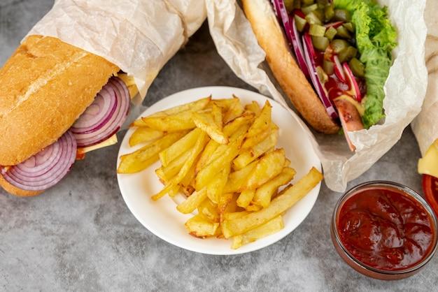 Nahaufnahmepommes-frites mit sandwichen Kostenlose Fotos