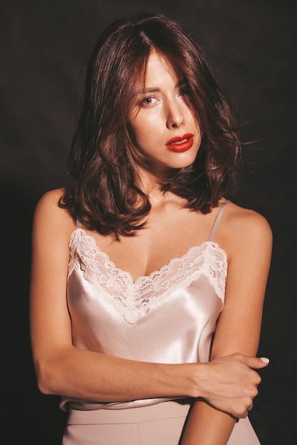 Nahaufnahmeporträt der schönen sinnlichen brunettefrau