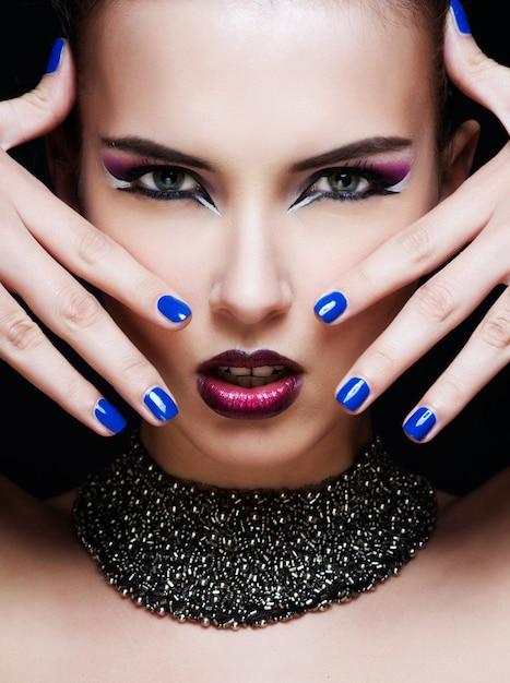 Nahaufnahmeporträt der sexy kaukasischen jungen frau mit zaubermake-up Premium Fotos