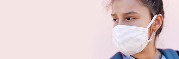 Nahaufnahmeporträt des mädchens mit schützender medizinischer gesichtsmaske gegen coronavirus Premium Fotos