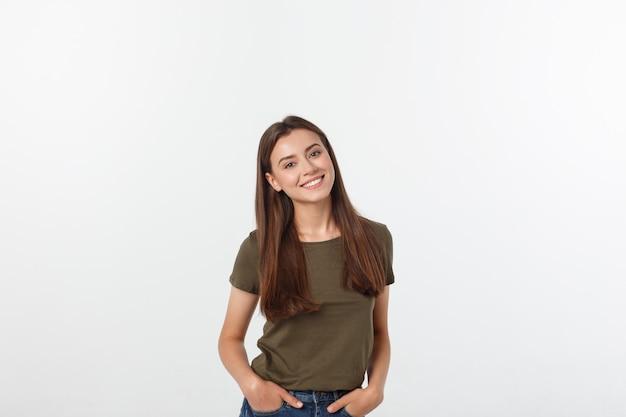 Nahaufnahmeporträt des zufälligen porträts yong-frau in der positiven ansicht, großes lächeln, schönes modell, das im studio über weißer wand aufwirft. Premium Fotos