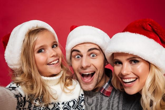 Nahaufnahmeporträt einer freudigen jungen familie Kostenlose Fotos