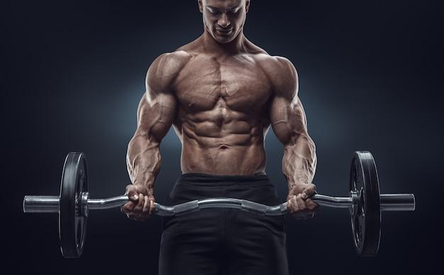 Nahaufnahmeporträt eines muskulösen manntrainings Premium Fotos