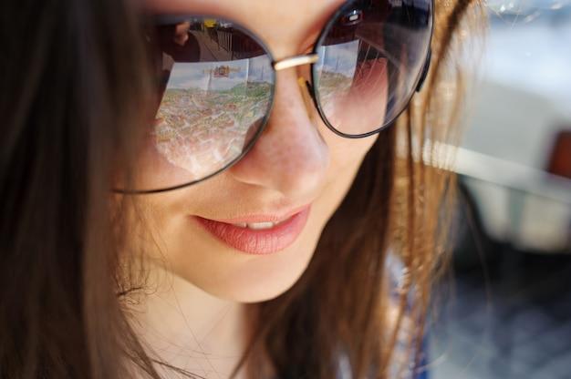 Nahaufnahmeportrait eines jungen mädchens in den gläsern Premium Fotos