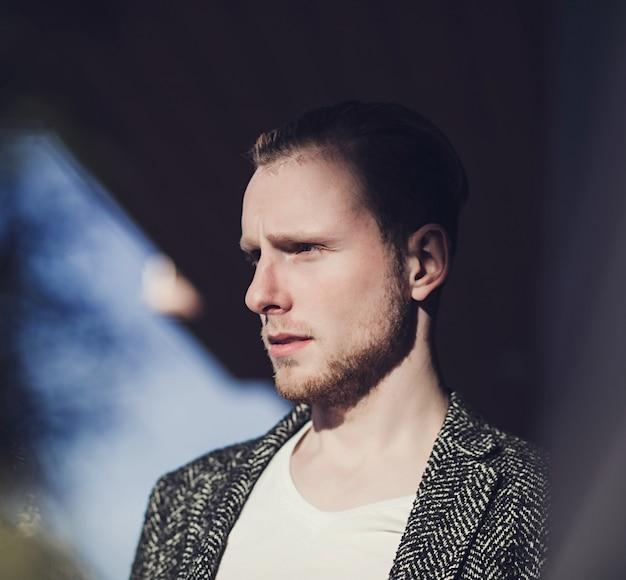 Nahaufnahmeportrait eines mannes Premium Fotos