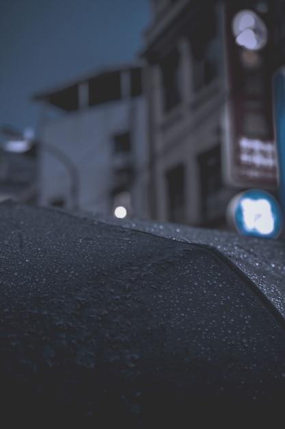 nahaufnahmeregentropfen auf regenschirm  kostenlose foto