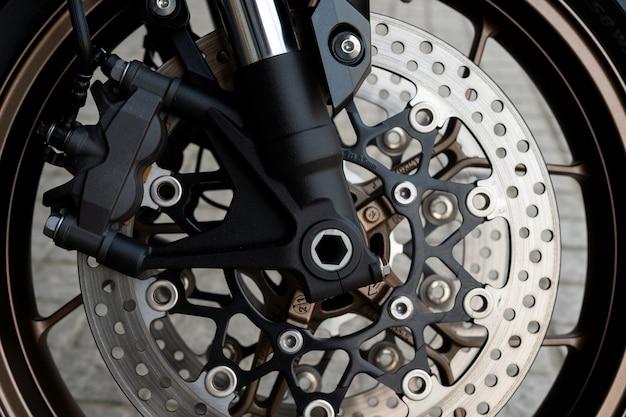 Nahaufnahmereifen und auflaufform vom sportmotorrad (bigbike) Premium Fotos