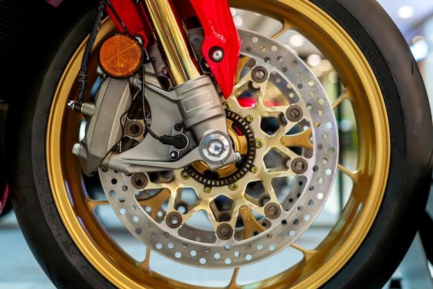 Nahaufnahmereifen und teller backen vom sportmotorrad (großes fahrrad) Premium Fotos