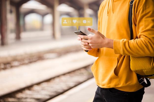 Nahaufnahmereisender, der smartphone verwendet Kostenlose Fotos