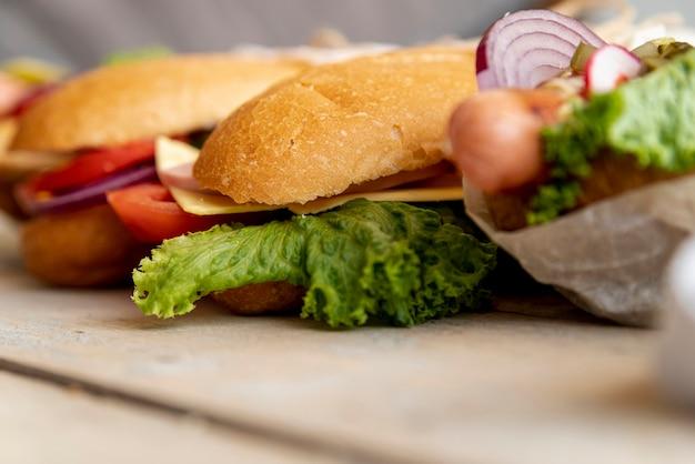 Nahaufnahmesandwiche auf tabelle Kostenlose Fotos