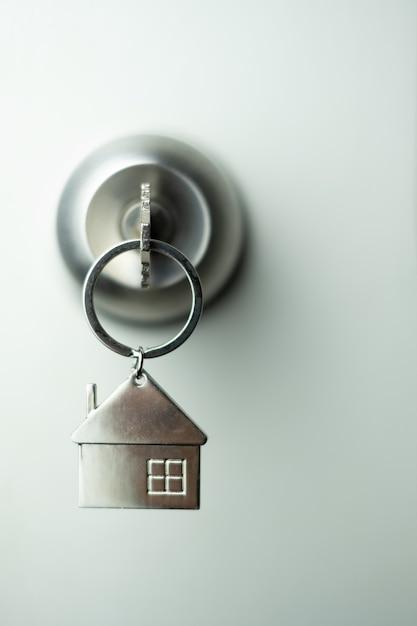 Nahaufnahmeschlüssel auf der tür, personalkreditkonzept. weicher fokus. Premium Fotos
