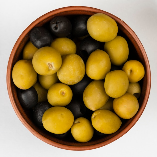 Nahaufnahmeschüssel mit oliven auf tabelle Kostenlose Fotos