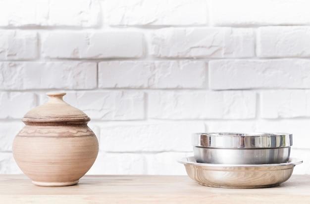 Nahaufnahmeschüsseln auf tischplatte in der modernen küche Kostenlose Fotos
