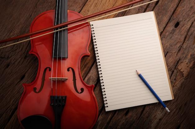Nahaufnahmeschußviolinenorchester instrumental und notizbuch Premium Fotos