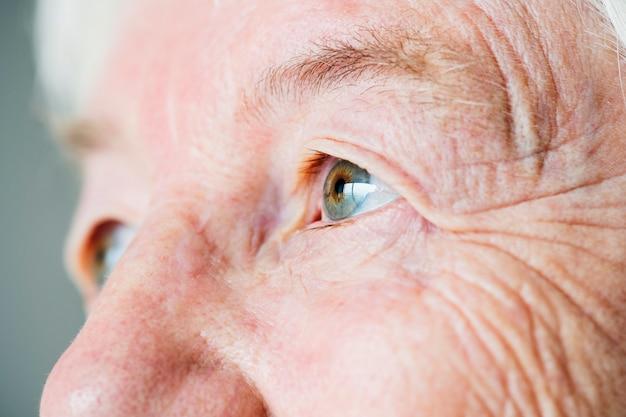 Nahaufnahmeseitenporträt von augen der weißen älteren frau Kostenlose Fotos