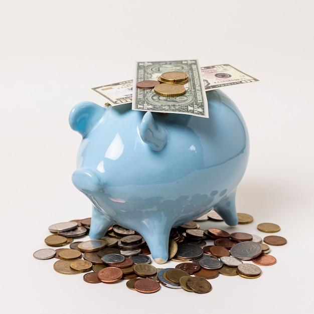 Nahaufnahmesparschwein mit banknoten und münzen Kostenlose Fotos