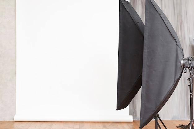 Nahaufnahmestudiohintergrund mit lichtern Kostenlose Fotos