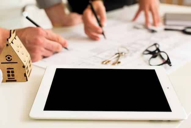 Nahaufnahmetablettenmodell auf einer tabelle Kostenlose Fotos