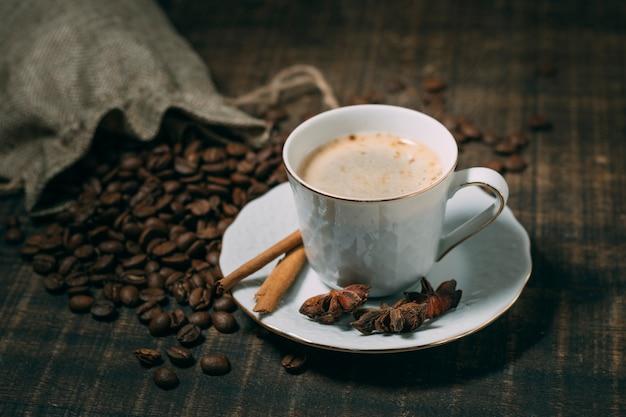 Nahaufnahmetasse kaffee mit sternanis Kostenlose Fotos