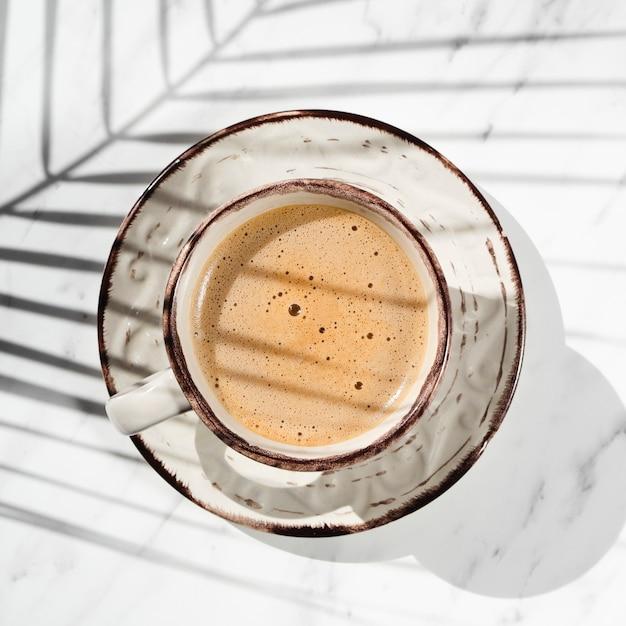 Nahaufnahmetasse kaffee und -schatten Kostenlose Fotos