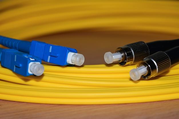 Nahaufnahmetelekommunikationsfaseroptikverbindungskabelverbindungsstücke Premium Fotos