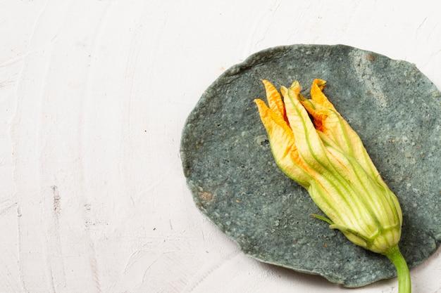 Nahaufnahmetrockenblume über spinattortilla Kostenlose Fotos