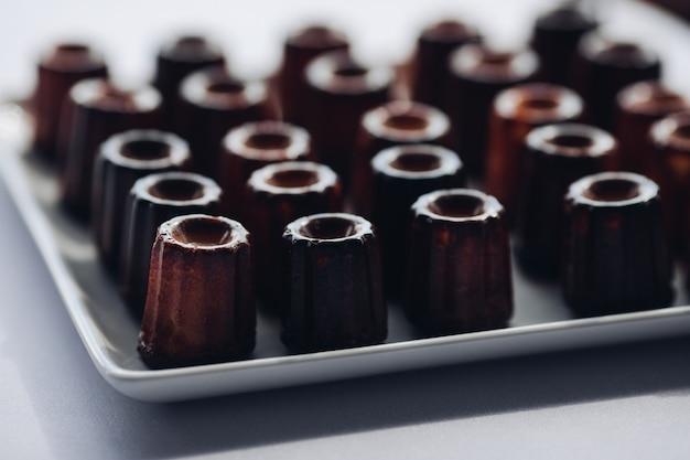 Nahaufnahmeumhüllungsplatte mit appetitanregendem frischem schokoladenschokoladenkuchenkleinen kuchen auf tabelle am luxusrestaurant Premium Fotos