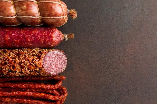 Nahaufnahmevielfalt des frischen schweinefleischs mit kopienraum Premium Fotos