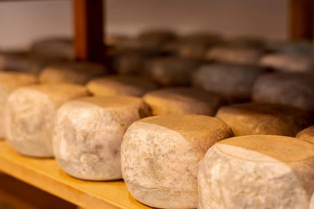 Nahaufnahmevielfalt des reifen käses Kostenlose Fotos