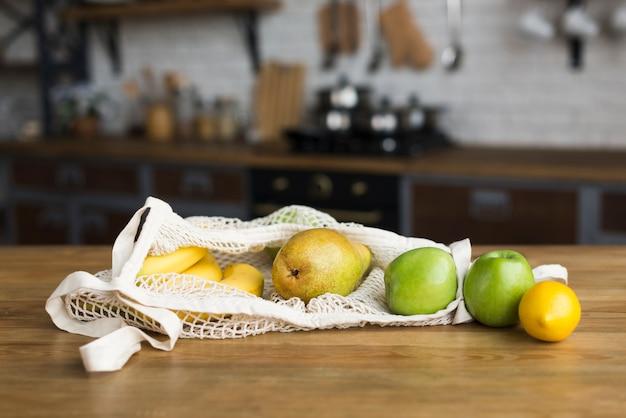 Nahaufnahmevielfalt von bio-früchten auf dem tisch Kostenlose Fotos