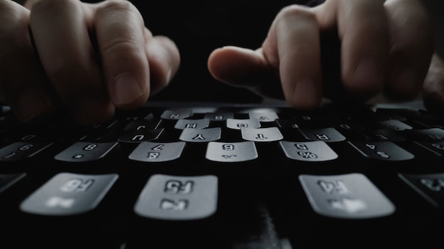 Nahaufnahmeweichheitsfinger, der auf tastatur schreibt. Premium Fotos