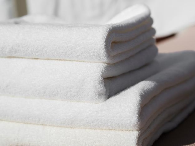 Nahaufnahmeweiß faltete saubere tücher Kostenlose Fotos