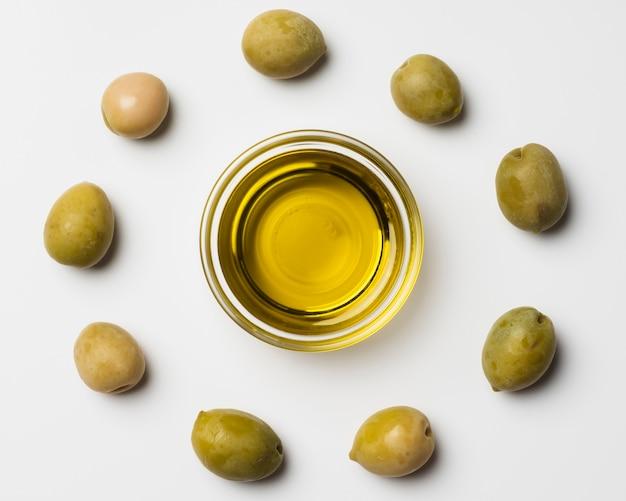 Nahaufnahmezusammenstellung der olive und des öls Kostenlose Fotos